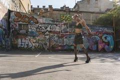 Κορίτσι στα τακούνια Πανκ ή hipster κορίτσι οδών επάνω με τη ρόδινη βαμμένη τρίχα Γυναίκα με να διαπερνήσει στη μύτη, σήραγγες αυ στοκ εικόνα με δικαίωμα ελεύθερης χρήσης