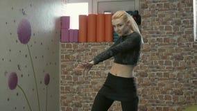 Κορίτσι στα τακούνια που χορεύουν στη γυμναστική απόθεμα βίντεο