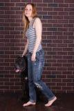Κορίτσι στα τζιν και πουκάμισο που στέκεται κοντά σε έναν μεγάλο κάλαμο Corso σκυλιών Στοκ Φωτογραφίες