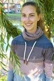 Κορίτσι στα φύλλα μιας ιτιάς κλάματος Στοκ εικόνα με δικαίωμα ελεύθερης χρήσης