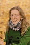 Κορίτσι στα φύλλα φθινοπώρου Στοκ φωτογραφία με δικαίωμα ελεύθερης χρήσης