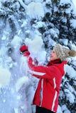 Κορίτσι στα χειμερινά ενδύματα με το μειωμένο χιόνι Στοκ φωτογραφίες με δικαίωμα ελεύθερης χρήσης