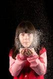 Κορίτσι στα Χριστούγεννα με το χιόνι Στοκ φωτογραφία με δικαίωμα ελεύθερης χρήσης