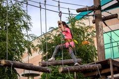 Κορίτσι στην έλξη σειράς μαθημάτων σχοινιών Στοκ φωτογραφία με δικαίωμα ελεύθερης χρήσης