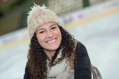 Κορίτσι στην αίθουσα παγοδρομίας πάγου στοκ εικόνα