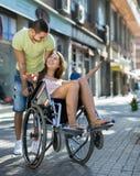 Κορίτσι στην αναπηρική καρέκλα με το φίλο υπαίθριο Στοκ εικόνα με δικαίωμα ελεύθερης χρήσης