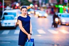 Κορίτσι στην ανασκόπηση πόλεων βραδιού στοκ φωτογραφία με δικαίωμα ελεύθερης χρήσης