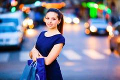Κορίτσι στην ανασκόπηση πόλεων βραδιού στοκ φωτογραφίες με δικαίωμα ελεύθερης χρήσης