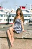 Κορίτσι στην αποβάθρα Στοκ φωτογραφία με δικαίωμα ελεύθερης χρήσης