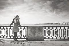 Κορίτσι στην αποβάθρα Στοκ εικόνες με δικαίωμα ελεύθερης χρήσης