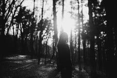Κορίτσι στην ατμόσφαιρα ηλιοβασιλέματος Στοκ Φωτογραφία