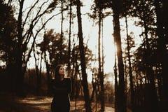 Κορίτσι στην ατμόσφαιρα ηλιοβασιλέματος Στοκ φωτογραφία με δικαίωμα ελεύθερης χρήσης