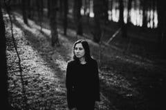 Κορίτσι στην ατμόσφαιρα ηλιοβασιλέματος Στοκ εικόνα με δικαίωμα ελεύθερης χρήσης