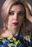 Κορίτσι στην γκρίζα ανασκόπηση Στοκ εικόνες με δικαίωμα ελεύθερης χρήσης