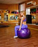 Κορίτσι στην ικανότητα με το fitball Στοκ εικόνα με δικαίωμα ελεύθερης χρήσης