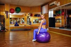 Κορίτσι στην ικανότητα με το fitball Στοκ Εικόνα