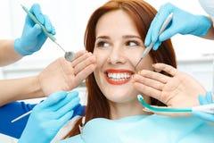 Κορίτσι στην καρέκλα οδοντιάτρων που παρουσιάζει τέλειο χαμόγελο στοκ φωτογραφίες με δικαίωμα ελεύθερης χρήσης