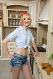 Κορίτσι στην κουζίνα στα κοντά σορτς στοκ εικόνες