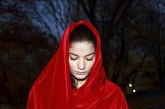 Κορίτσι στην κόκκινη τήβεννο στοκ φωτογραφίες με δικαίωμα ελεύθερης χρήσης