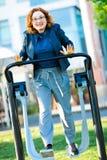 Κορίτσι στην μπλούζα με το τρέξιμο άσκησης καρδιών στοκ φωτογραφίες