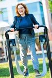 Κορίτσι στην μπλούζα με το τρέξιμο άσκησης καρδιών στοκ φωτογραφίες με δικαίωμα ελεύθερης χρήσης