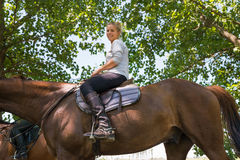 Κορίτσι στην οδήγηση πλατών αλόγου Στοκ Φωτογραφίες