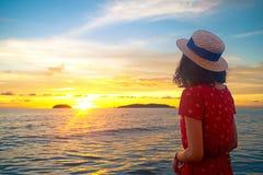 Κορίτσι στην παραλία ηλιοβασιλέματος Στοκ Εικόνες