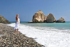 Κορίτσι στην παραλία κοντά στον τόπο γεννήσεως Aphrodite Στοκ εικόνες με δικαίωμα ελεύθερης χρήσης
