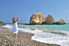 Κορίτσι στην παραλία κοντά στον τόπο γεννήσεως Aphrodite Στοκ εικόνα με δικαίωμα ελεύθερης χρήσης