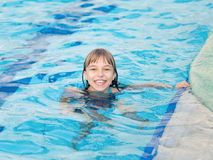 Κορίτσι στην πισίνα Στοκ εικόνες με δικαίωμα ελεύθερης χρήσης