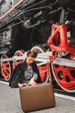 Κορίτσι στην πλατφόρμα του σιδηροδρομικού σταθμού στοκ εικόνες