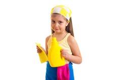 Κορίτσι στην ποδιά με το μπουκάλι και το ξεσκονόπανο Στοκ Εικόνα