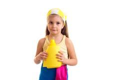 Κορίτσι στην ποδιά με το μπουκάλι και το ξεσκονόπανο Στοκ εικόνες με δικαίωμα ελεύθερης χρήσης
