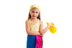 Κορίτσι στην ποδιά με το μπουκάλι και το ξεσκονόπανο Στοκ φωτογραφία με δικαίωμα ελεύθερης χρήσης