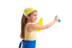 Κορίτσι στην ποδιά με το μπουκάλι και το σφουγγάρι Στοκ Εικόνες