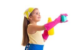 Κορίτσι στην ποδιά με το μπουκάλι και το σφουγγάρι Στοκ φωτογραφία με δικαίωμα ελεύθερης χρήσης