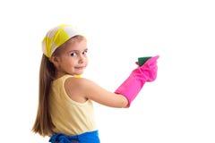 Κορίτσι στην ποδιά με το μπουκάλι και το σφουγγάρι Στοκ εικόνες με δικαίωμα ελεύθερης χρήσης