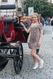 Κορίτσι στην Πράγα και το άρμα στοκ φωτογραφίες με δικαίωμα ελεύθερης χρήσης