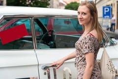 Κορίτσι στην Πράγα και Oldtimer Στοκ Εικόνες