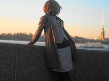 Κορίτσι στην προκυμαία στη Αγία Πετρούπολη στοκ εικόνες