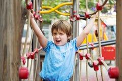 Κορίτσι στην προσανατολισμένος στη δράση παιδική χαρά στοκ φωτογραφία