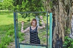 Κορίτσι στην πύλη σιδήρου Στοκ εικόνες με δικαίωμα ελεύθερης χρήσης