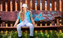 Κορίτσι στην ταλάντευση 2 κήπων Στοκ φωτογραφία με δικαίωμα ελεύθερης χρήσης