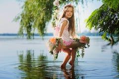 Κορίτσι στην ταλάντευση πέρα από τον ποταμό Στοκ φωτογραφία με δικαίωμα ελεύθερης χρήσης