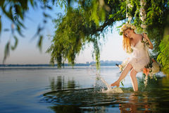Κορίτσι στην ταλάντευση πέρα από τον ποταμό Στοκ Φωτογραφίες