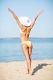 Κορίτσι στην τοποθέτηση μπικινιών στην παραλία Στοκ Εικόνες