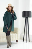 Κορίτσι στην τοποθέτηση στούντιο στο παλτό Στοκ φωτογραφία με δικαίωμα ελεύθερης χρήσης