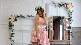 Κορίτσι στην τοποθέτηση φορεμάτων στο στούντιο φιλμ μικρού μήκους