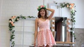Κορίτσι στην τοποθέτηση φορεμάτων στο στούντιο απόθεμα βίντεο