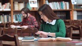 κορίτσι στη βιβλιοθήκη απόθεμα βίντεο